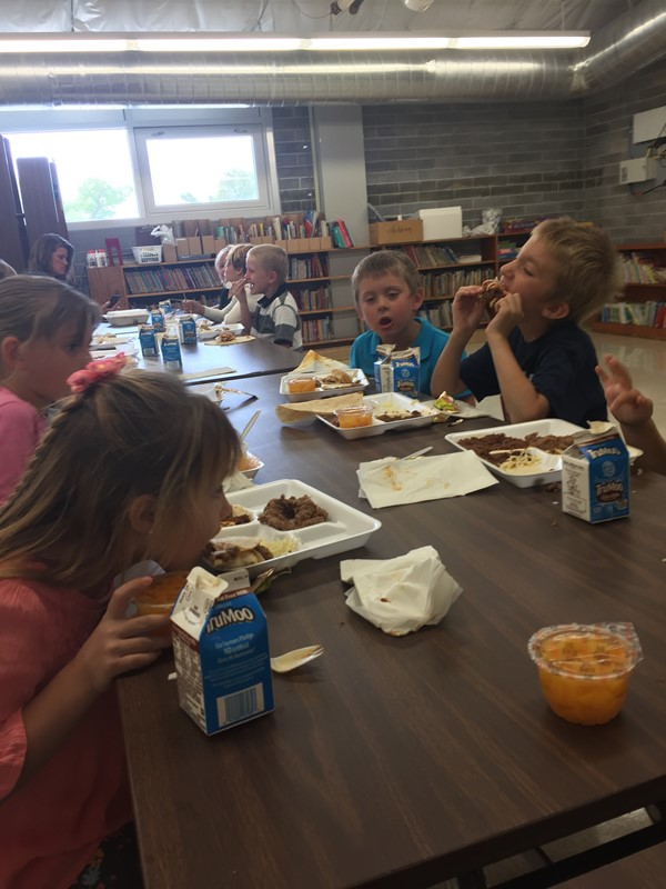Imlay Elementary Students eating lunch